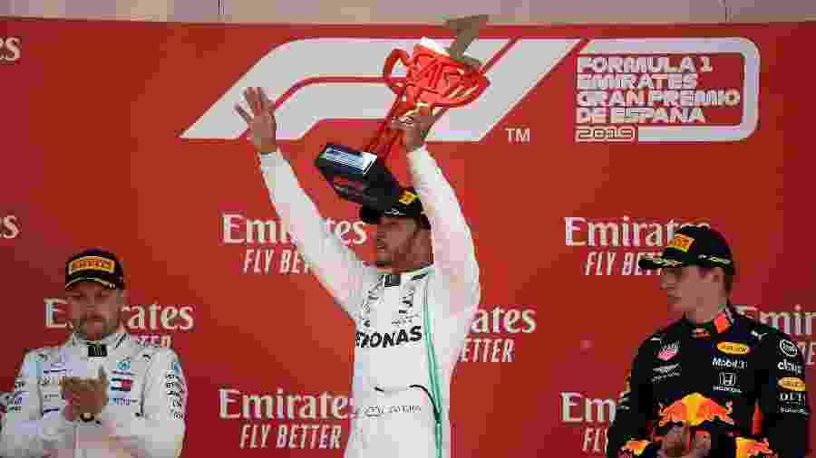 Hamilton levanta troféu após vencer o GP da Espanha - Lluis Gene/AFP