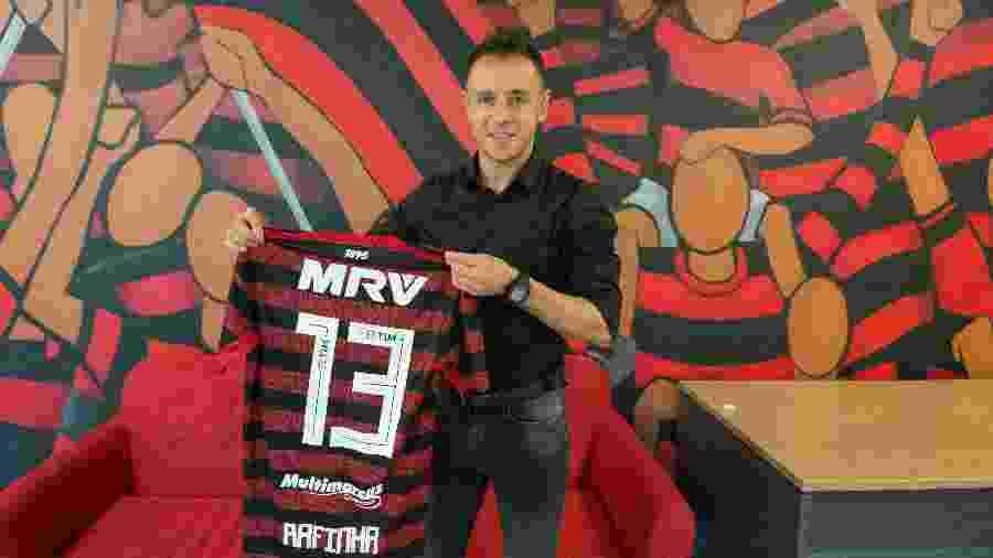 Rafinha conheceu ontem (24) as instalações do CT Ninho do Urubu. Lateral usará a camisa 13 - Alexandre Vidal / Site oficial do Flamengo