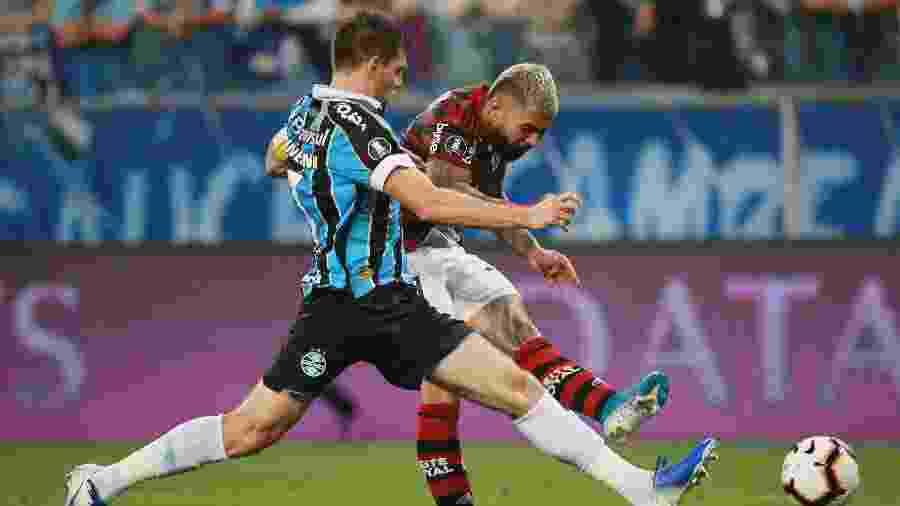 Gabigol e Kannemann em lance da primeira partida entre Grêmio x Flamengo - REUTERS/Diego Vara