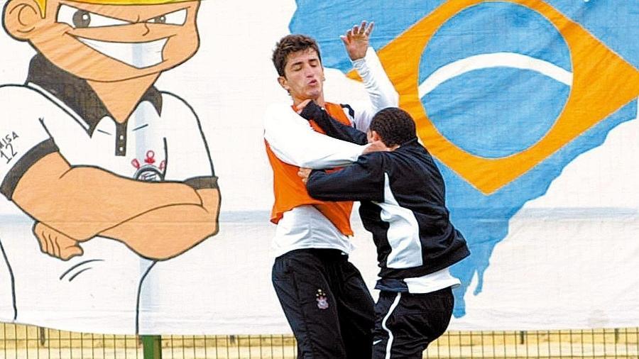 Marquinhos e Tevez brigam durante treino do Corinthians - Arquivo Folha