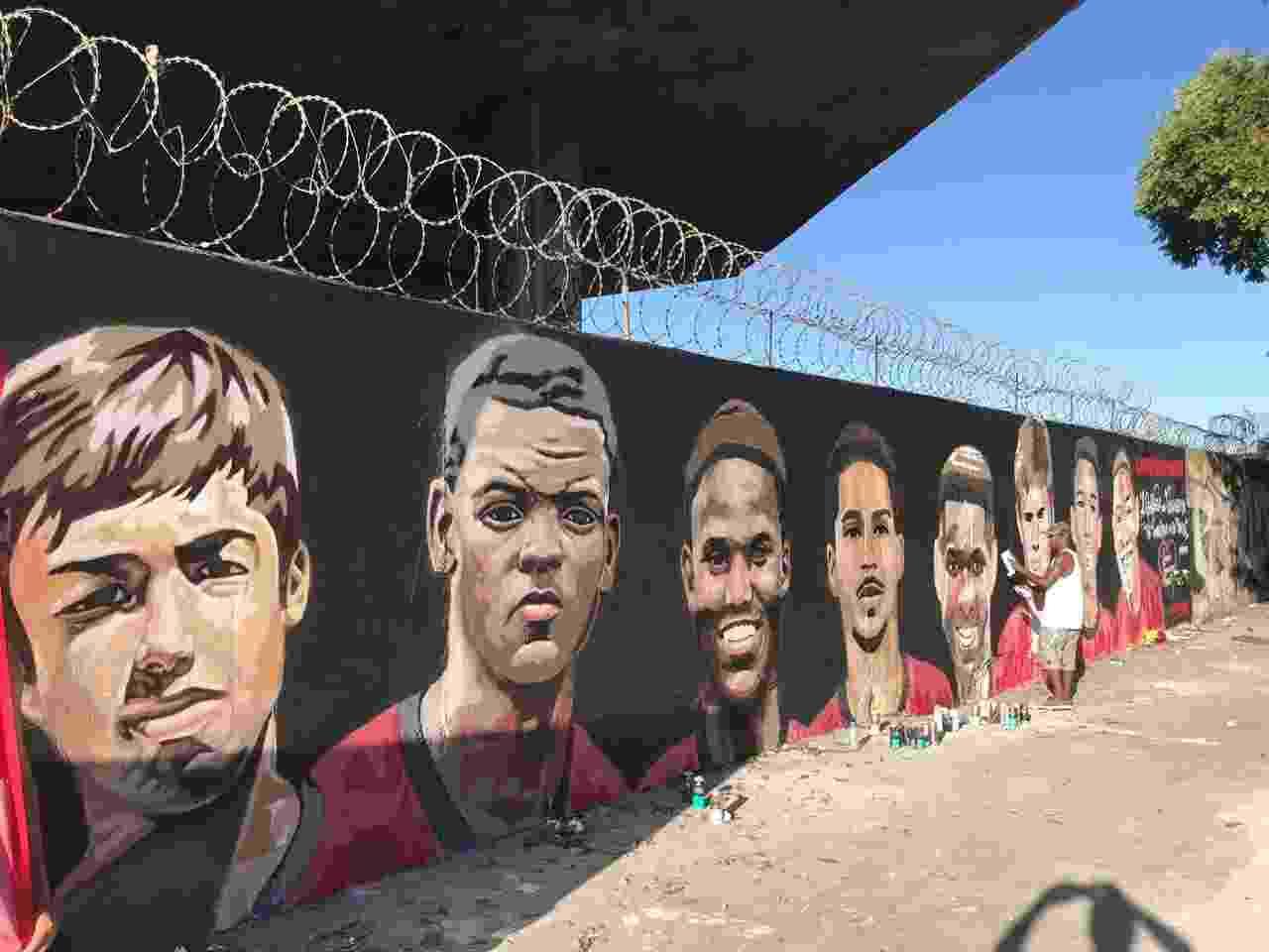 Vítimas do incêndio no Ninho do Urubu, CT do Flamengo, recebem homenagem em muro próximo ao Maracanã - Bruno Braz / UOL