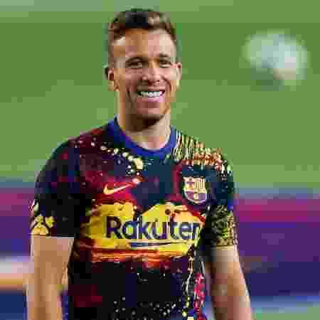 Meio-campista Arthur sorri durante o aquecimento pré-jogo do Barcelona no Camp Nou - Eric Alonso/Getty Images