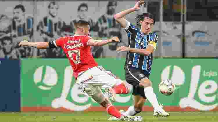 Pedro Geromel e Thiago Galhardo disputam bola durante clássico entre Grêmio e Internacional no Gauchão 2020 - Pedro H. Tesch/AGIF - Pedro H. Tesch/AGIF