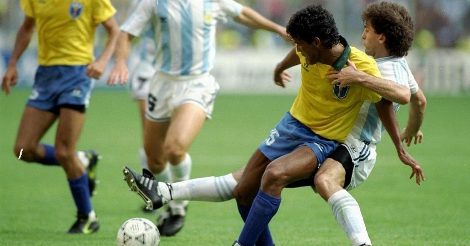 Muller encara Ruggeri no jogo Argentina x Brasil pela Copa do Mundo de 1990