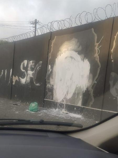 Imagem de Diego Maradona no muro do CT Rei Pelé foi manchada - Guilherme Kastner/Reprodução