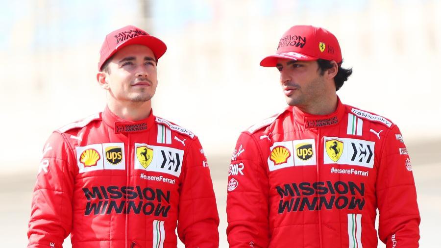 Charles Leclerc e Carlos Sainz, pilotos da Ferrari, conversam durante sessão de fotos da pré-temporada 2021 da Fórmula 1 - Dan Istitene - Formula 1 via Getty Images