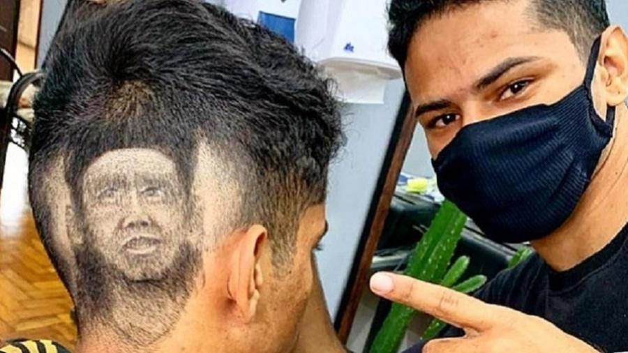 Well Barbeiro (à direita), de 22 anos, realizou a arte em seu irmão Wallan e recebeu mensagem do jogador - Reprodução/Instagram