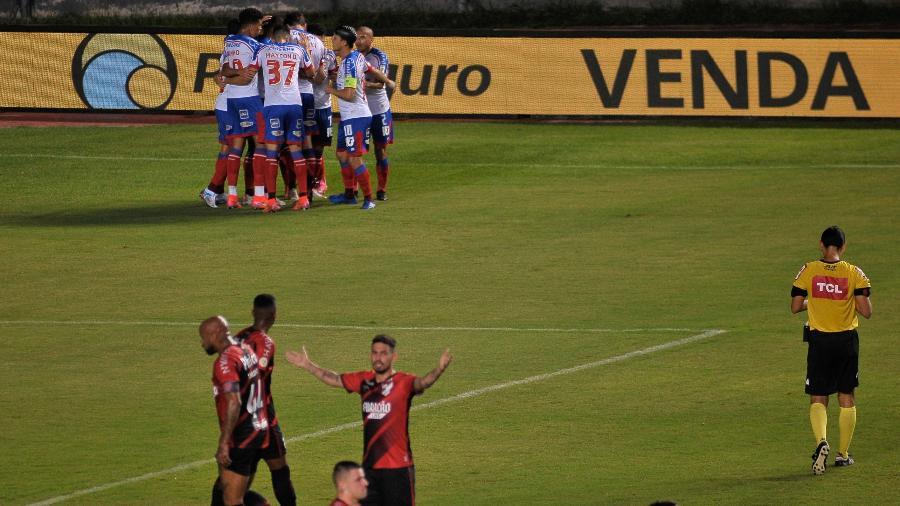 Jogadores do Bahia comemoram gol sobre o Athletico pelo Brasileiro - Jhony Pinho/AGIF