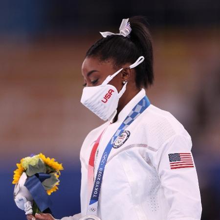 Simone Biles após receber a medalha de prata nas Olimpíadas de Tóquio - Ezra Shaw/Getty Images