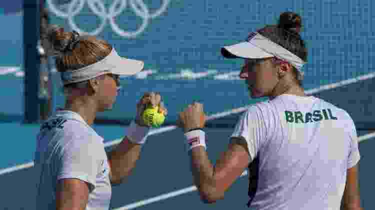 Laura Pigossi e Luisa Stefani em quadra na disputa pelo bronze - Júlio César Guimarães/COB - Júlio César Guimarães/COB