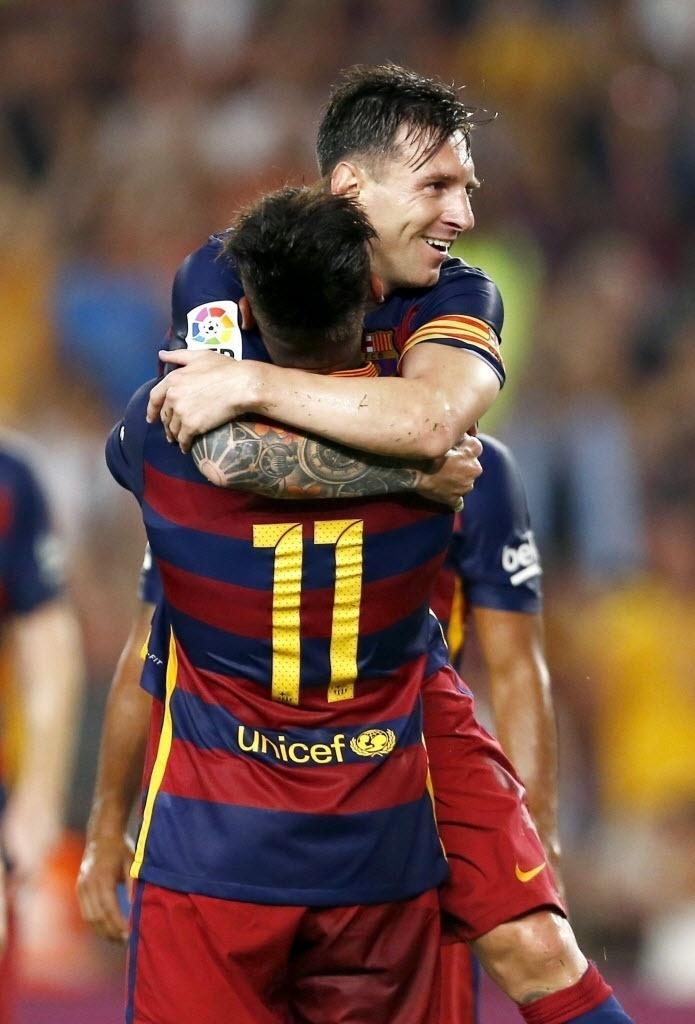 Messi comemora com Neymar o segundo gol do Barcelona contra a Roma