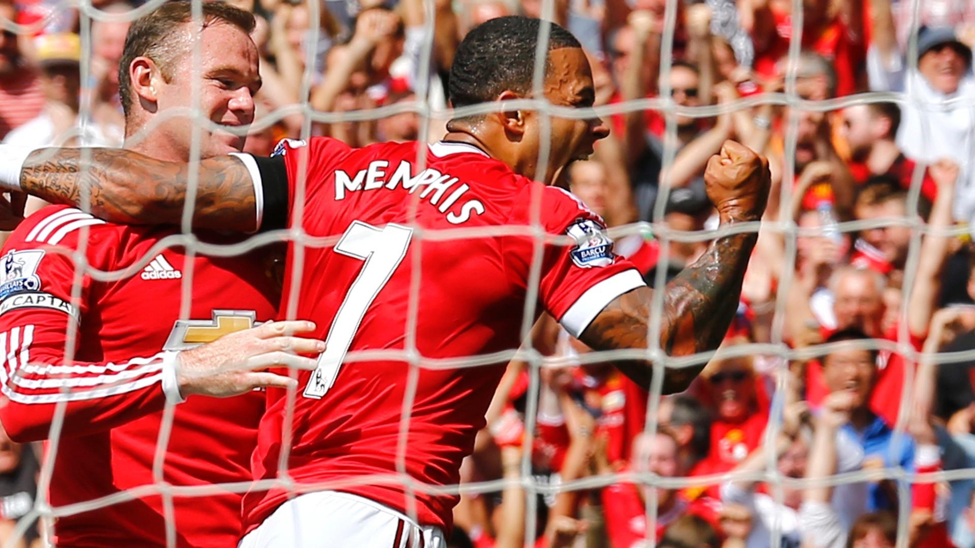 Wayne Rooney e Memphis Depay comemoram o gol que colocou o Manchester United em vantagem