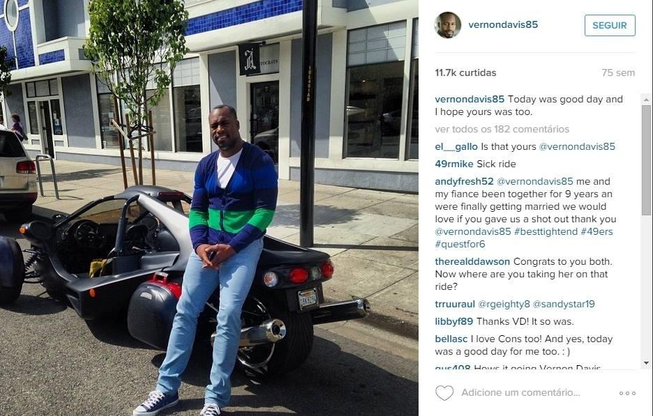 Vernon Davis, San Francisco 49ers, segue a mesma linha e mostra uma moto T-Rex