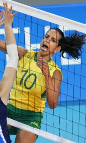 Virna em ação pela seleção brasileira na Olimpíada de Atenas, em 2004
