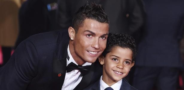 Cristiano Ronaldo ao lado de seu filho