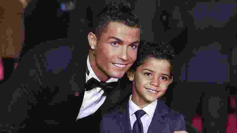 Logo na chegada, Cristiano Ronaldo tirou fotos com seu filho, Cristiano Ronaldo Jr. - FACUNDO ARRIZABALAGA / EFE