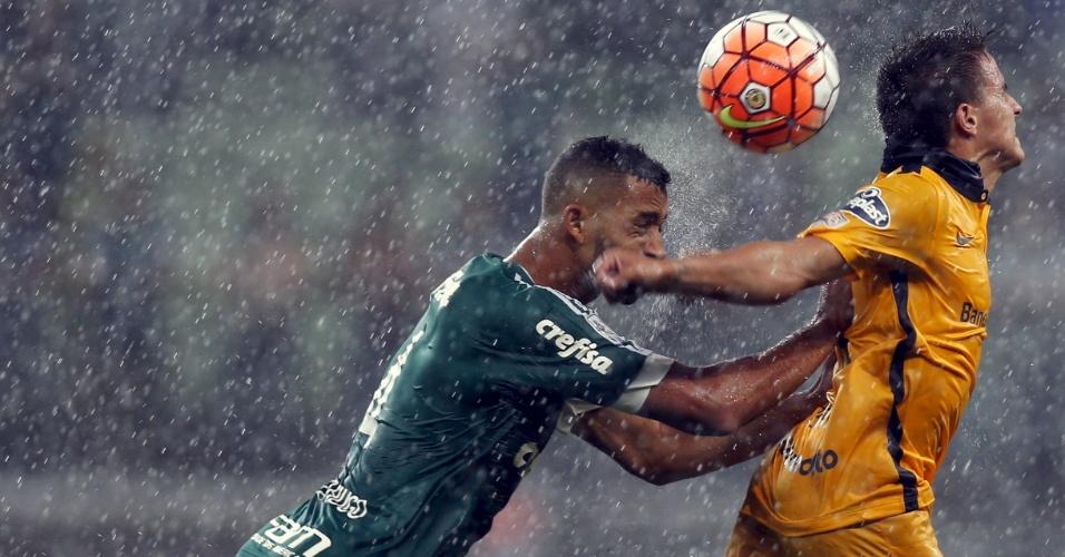 Vitor Hugo empurra Franco Cervi, no Rosario, no jogo do Palmeiras contra o Rosario