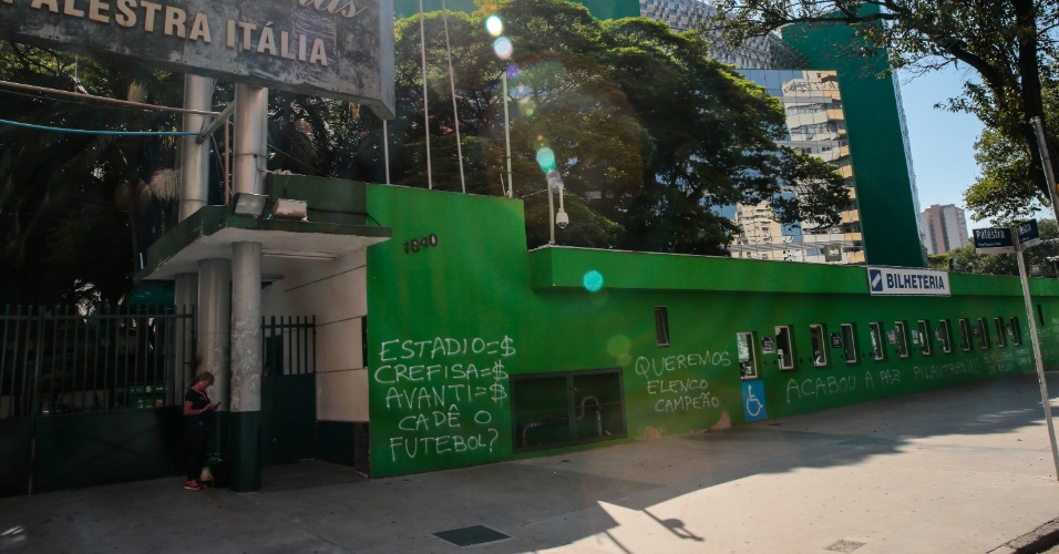 Torcedores do Palmeiras picham os muros do estádio Allianz Parque