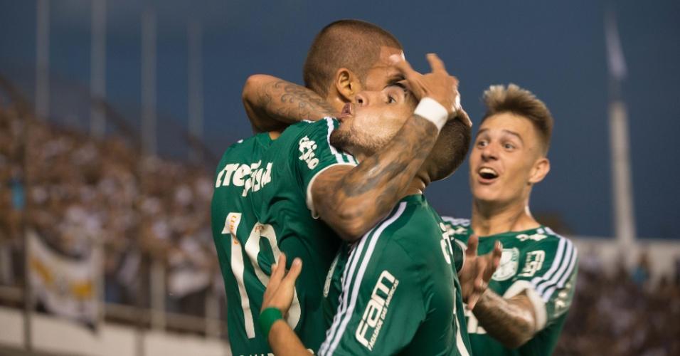 Rafael Marques, que anotou os dois gols do Palmeiras no tempo normal, comemora o segundo tento na Vila Belmiro