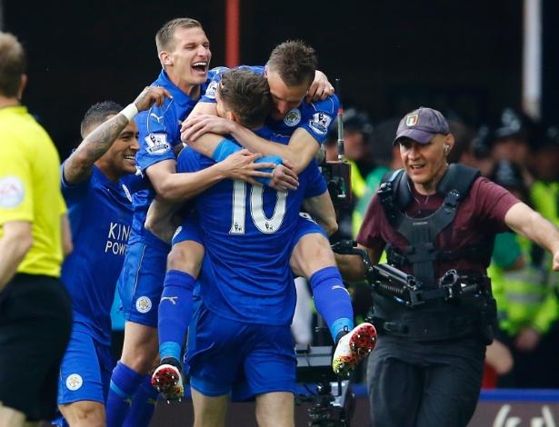 Vardy e King, jogadores do Leicester, comemoram gol do time no campeonato inglês
