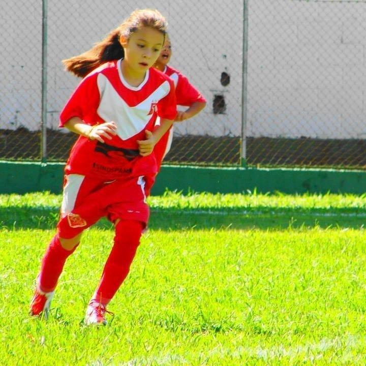 A menina treinando. Ela joga no meio campo e tem no passe seu melhor fundamento