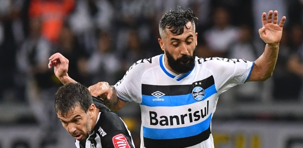 Leandro Donizete, do Atlético-MG, disputa bola com Douglas, do Grêmio