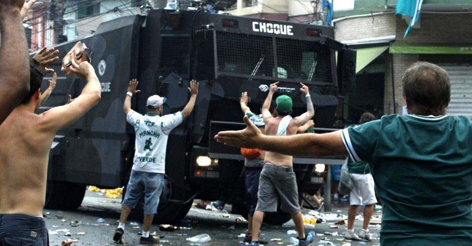 Camburão da Tropa do Choque na Rua Palestra Itália para conter a confusão