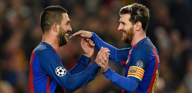 Autor de 3 gols e uma assistência, Arda Turan é abraçado por Lionel Messi