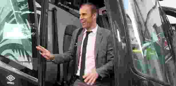 Milton Mendes desembarca sorridente do ônibus da delegação do Vasco - Paulo Fernandes / Facebook do Vasco - Paulo Fernandes / Facebook do Vasco