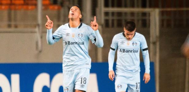 Lucas Barrios comemora fazendo sinal da cruz e apontando para o céu