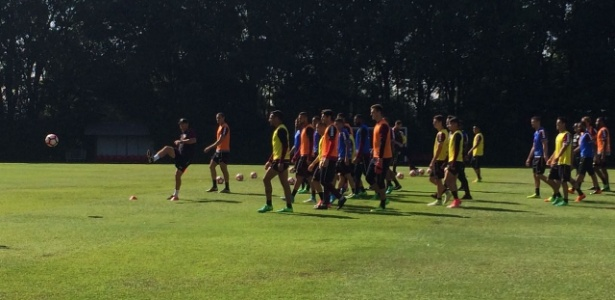 Rogério Ceni passa instruções de como jogadores devem completar o circuito de atividades