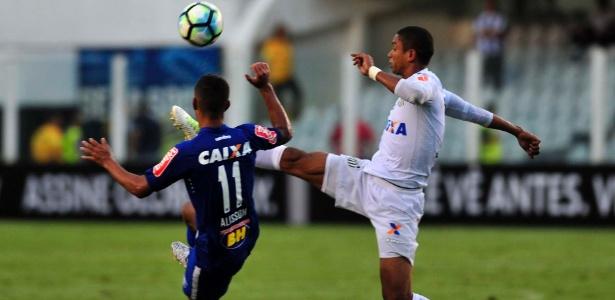 David Braz em ação pelo Santos durante jogo contra o Cruzeiro