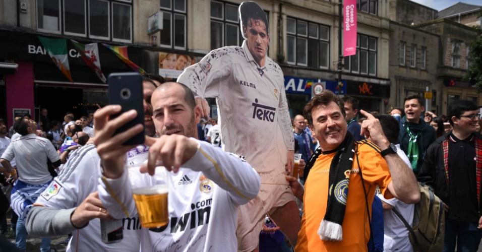 Torcedores do Real Madrid exibem pôster com imagem de Mijatovic, sérvio que marcou gol do título contra a Juventus na decisão da Liga dos Campeões de 1998