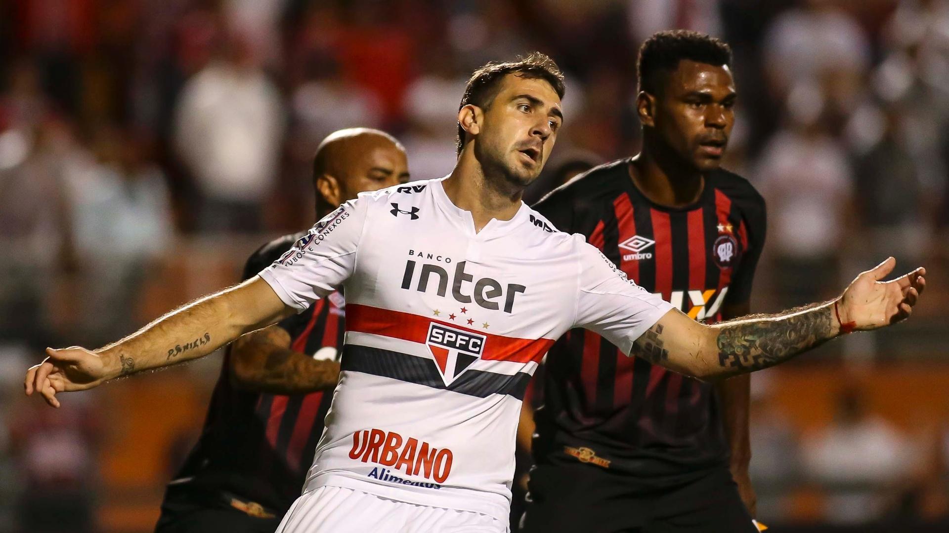 Lucas Pratto tenta lidar com a marcação de Wanderson no jogo entre São Paulo e Atlético-PR