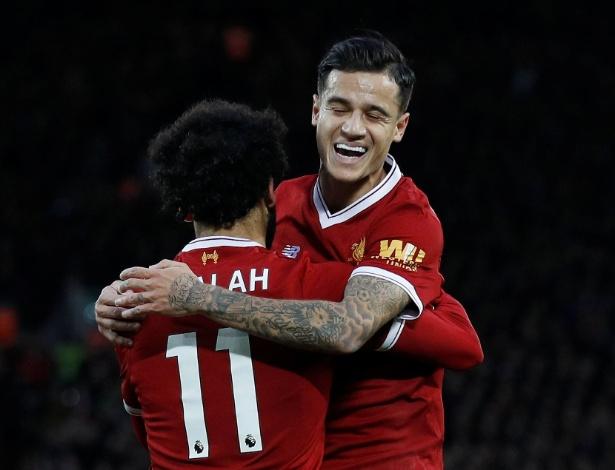 O meia Philippe Coutinho comemora mais um gol do Liverpool com Mohamed Salah