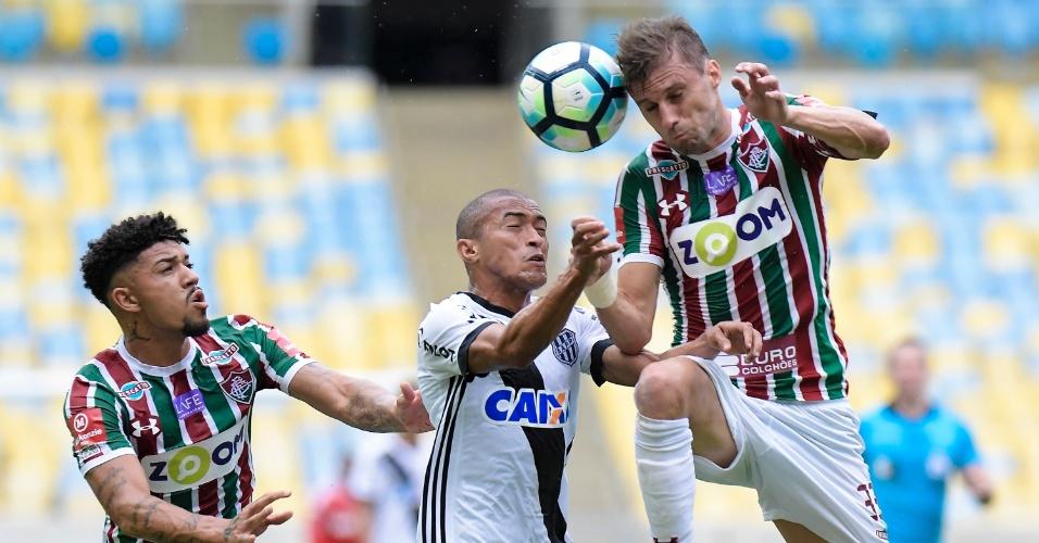 Henrique e Nino Paraíba disputam a bola no jogo entre Fluminense e Ponte