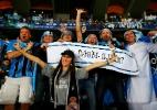 Até a pé ou de turbante. Torcida vai às lágrimas, mas não larga o Grêmio - REUTERS/Amr Abdallah Dalsh