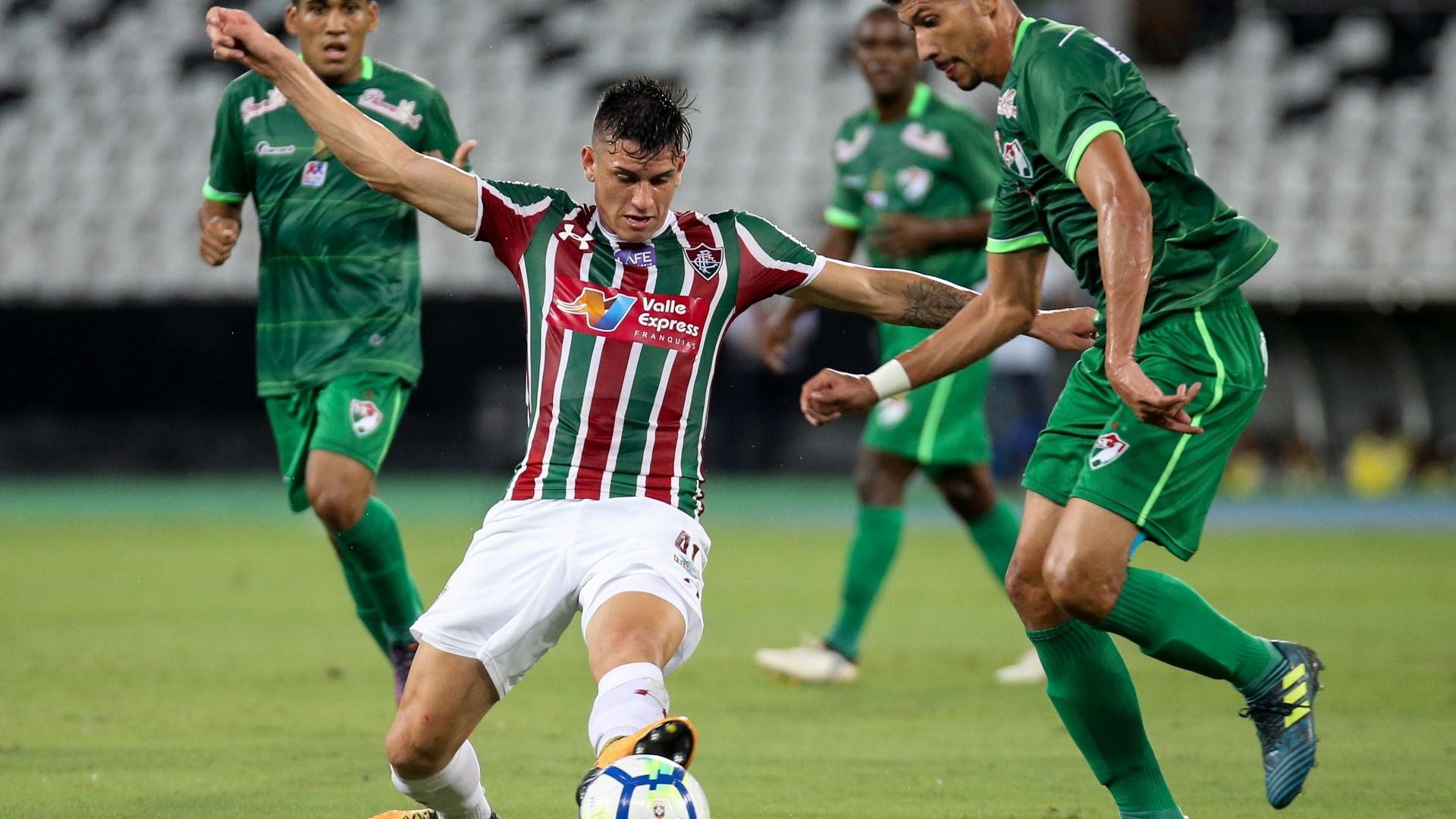Ibañez, zagueiro do Fluminense, tenta parar o ataque do Salgueiro