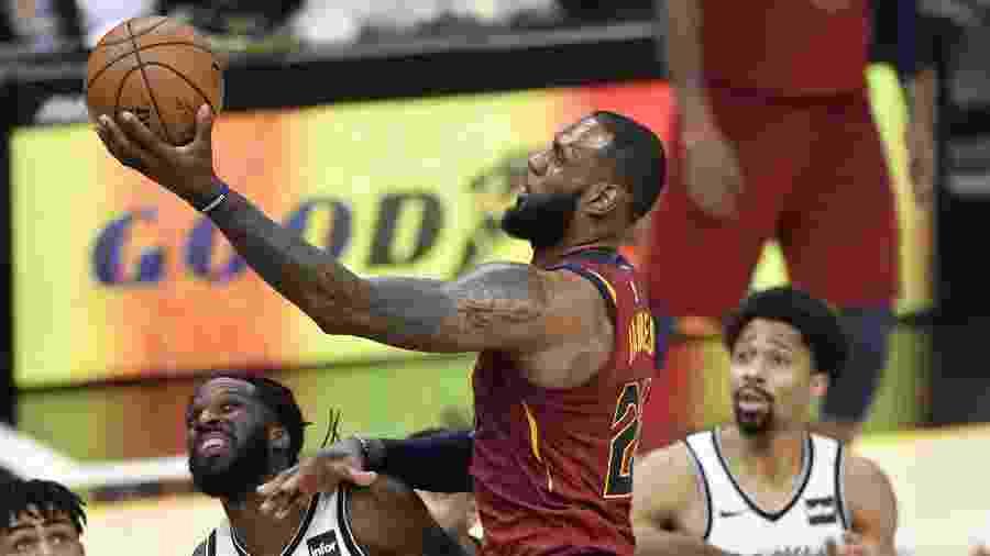 LeBron James durante o jogo do Cleveland Cavaliers diante do Brooklyn Nets  - David Richard/USA TODAY Sports