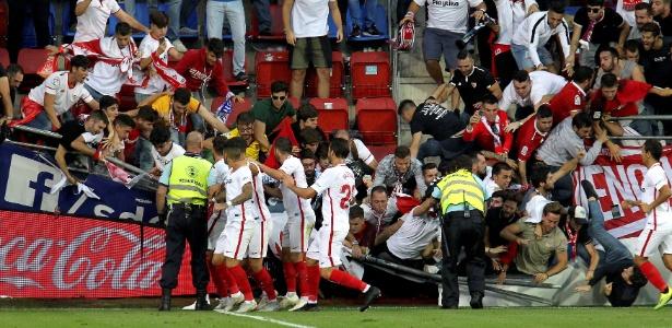 Torcedores são socorridos após grade desabar no jogo entre Eibar e Sevilla - EFE/GORKA ESTRADA