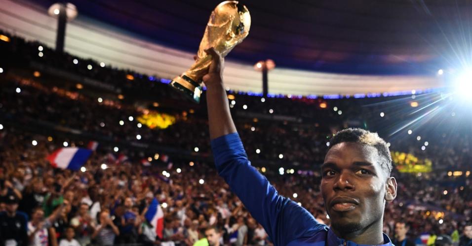 Pogba levanta a Copa do Mundo em comemoração do título da França