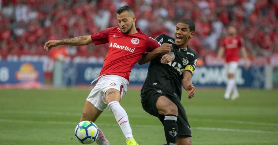 Nico Lopez e Leonardo Silva disputam a bola em jogo entre Internacional e Atlético-MG