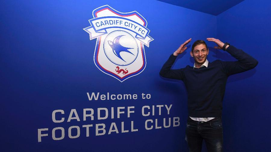 Emiliano Sala posa para foto ao ser anunciado como reforço do Cardiff - Cardiff City FC/Getty Images