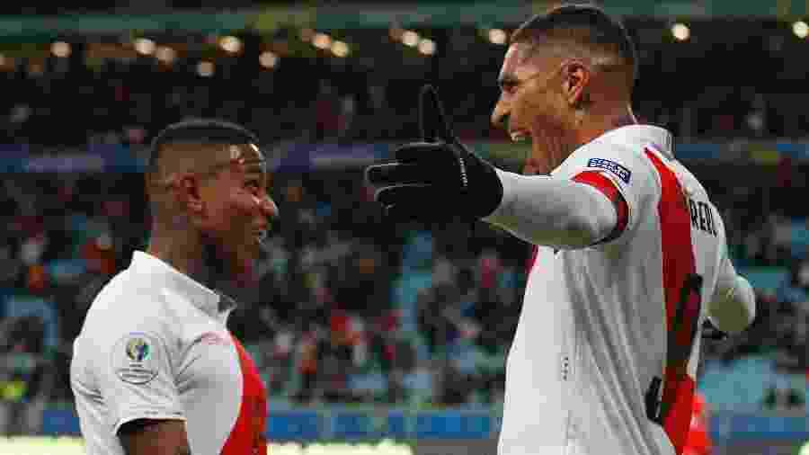 Guerrero comemora com Polo após marcar o terceiro gol do Peru contra o Chile na Copa América - Wagner Meier/Getty Images