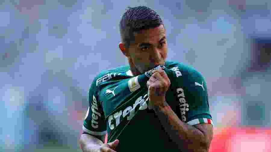 Dudu beija escudo do Palmeiras após marcar contra o Bahia pelo Campeonato Brasileiro - Daniel Vorley/AGIF