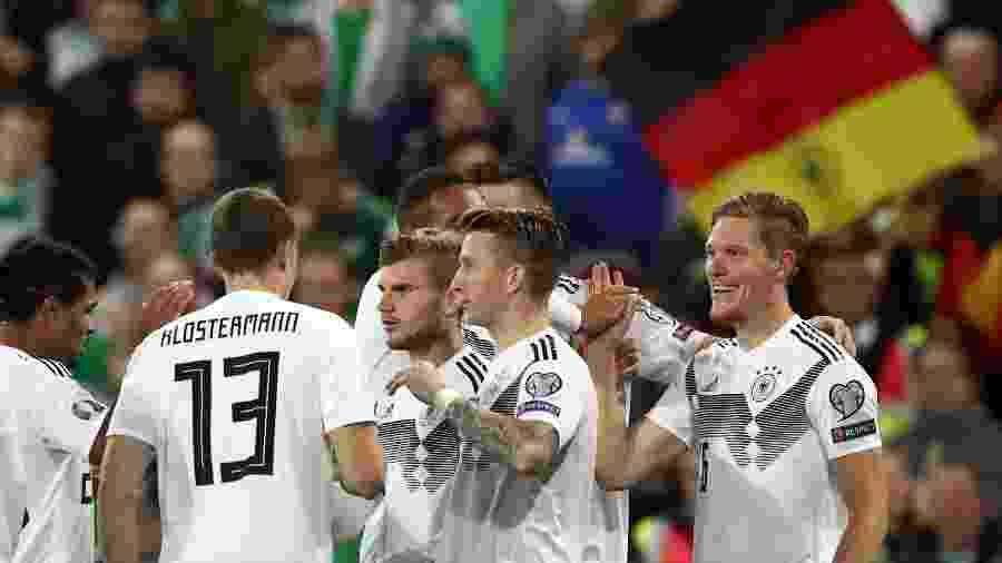 Jogadores da Alemanha comemoram após gol de Halstenberg contra a Irlanda do Norte - Christian Charisius/Getty Images