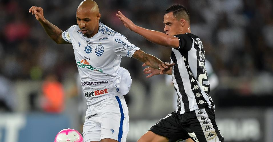 Victor Rangel, do Botafogo, disputa lance com Alan Costa, do CSA, durante partida pelo Campeonato Brasileiro