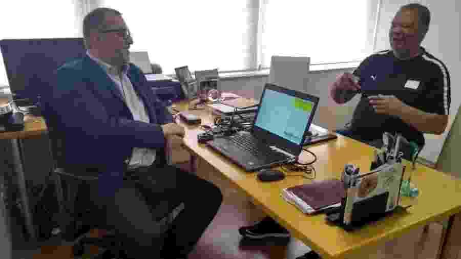 Maguila conversa com o médico durante a consulta ocorrida na última quinta-feira, em São Paulo - José Edgar de Matos/UOL Esporte