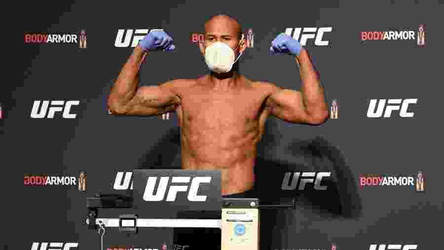 Brasileiro Ronaldo Jacaré na pesagem oficial do UFC 249, usando luvas e máscara - Mike Roach/Zuffa LLC