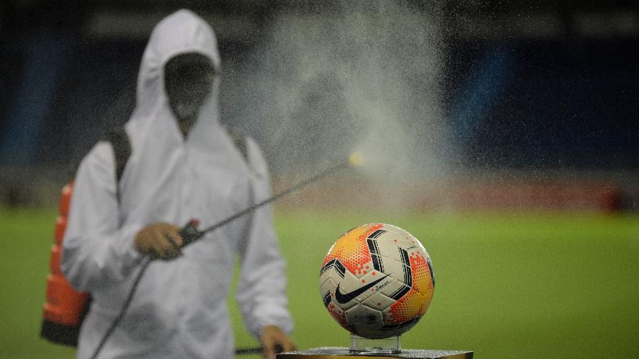 Equipamentos terão que passar por desinfecção antes dos jogos da Copa América - Raul ARBOLEDA / AFP